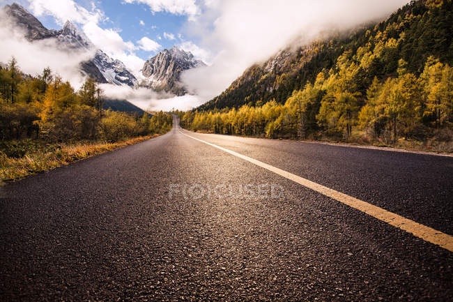 Highway in misty mountains in Sichuan province, China — Stock Photo