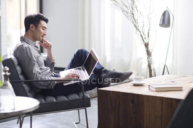 Asiatischer Mann Mit Laptop Im Buro Arbeiten Geschaft Mannchen