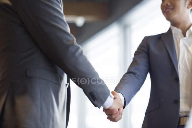 Китайський бізнесменів рукостискань — стокове фото