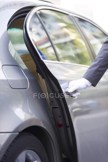 Zugeschnittenen Überblick Chauffeur Autotür öffnen — Stockfoto
