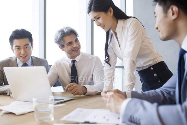 Бизнесмены и бизнесвумен встречаются в зале заседаний — стоковое фото