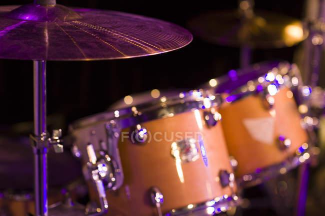 Nahaufnahme von Schlagzeug auf der Bühne — Stockfoto