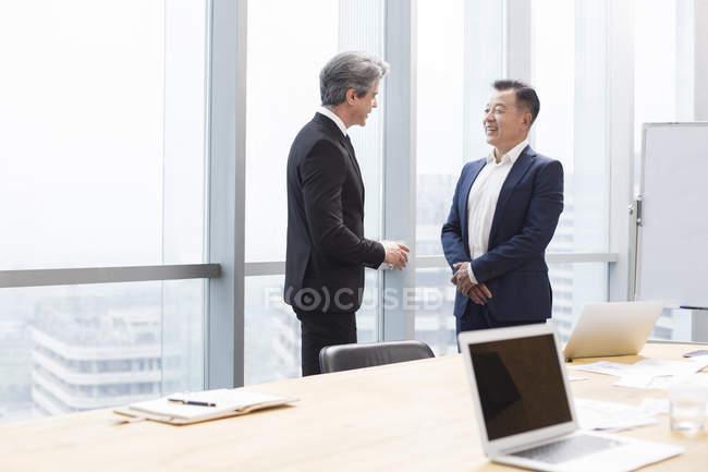 Бизнесмены, говорить в Конференц-зал — стоковое фото