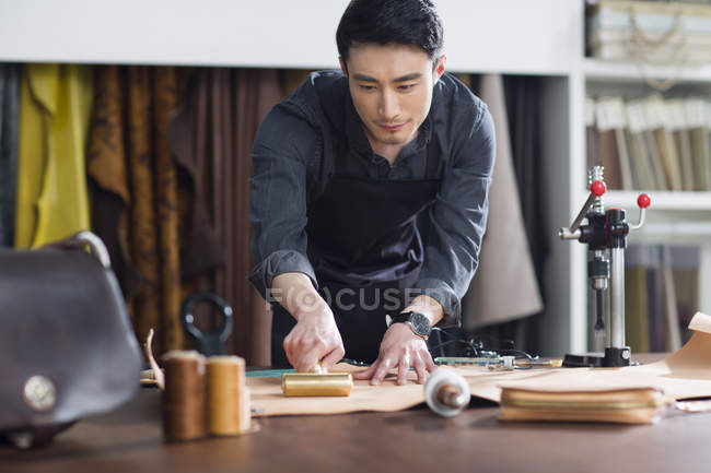 Asiático masculino artesão trabalhando no estúdio — Fotografia de Stock