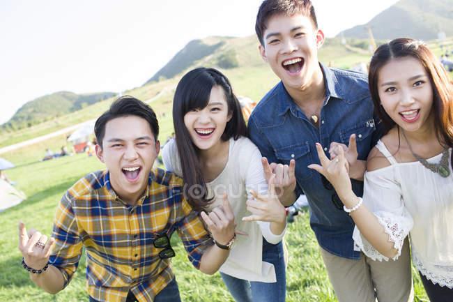 Chinesische Freunde gestikulieren auf Musikfestival — Stockfoto