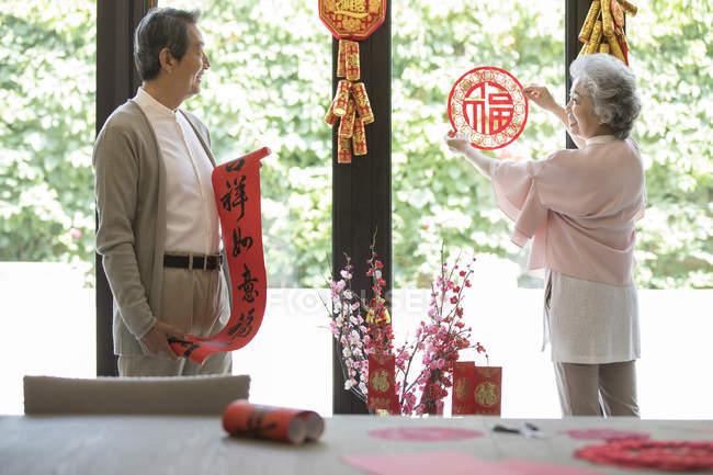 Декоративный дом для пожилых пар на китайский Новый год — стоковое фото