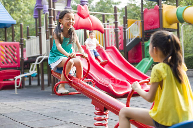 Китайський girls, граючи на майданчик — стокове фото