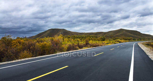 Autobahn im Wildnisgebiet der chinesischen Provinz Innere Mongolei — Stockfoto