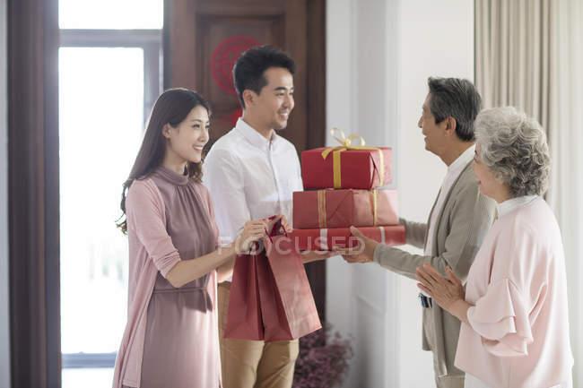 Пара приезжих родителей в китайский новый год — стоковое фото
