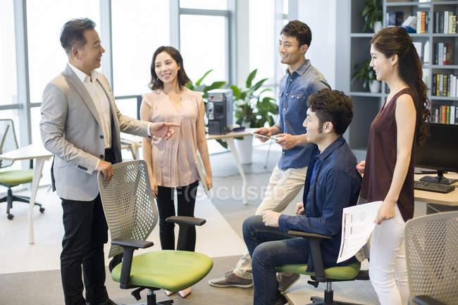 Équipe de gens d'affaires chinois travail de discussion en réunion — Photo de stock