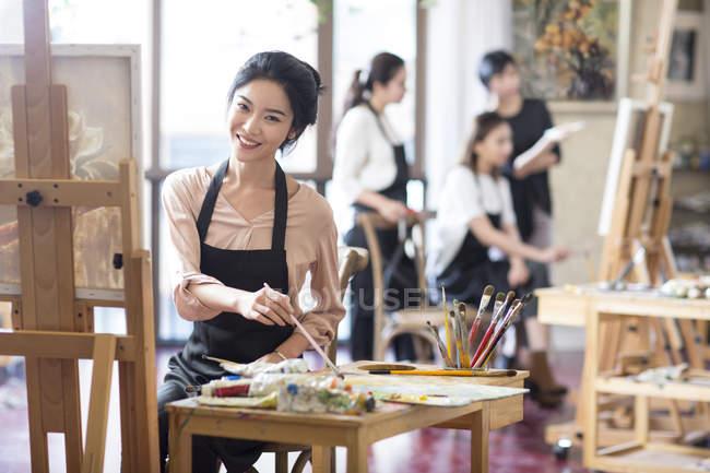 Mujer asiática pintando en estudio de arte - foto de stock