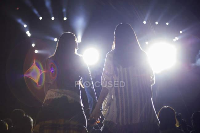 Китайские женщины, взявшись за руки на фестивале музыки — стоковое фото