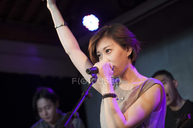 Chinese woman singing on stage — Stock Photo