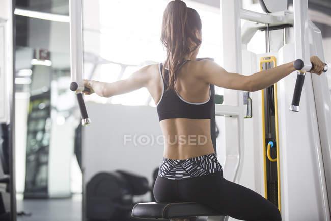 Asiatische Frau im Fitness-Studio trainieren — Stockfoto