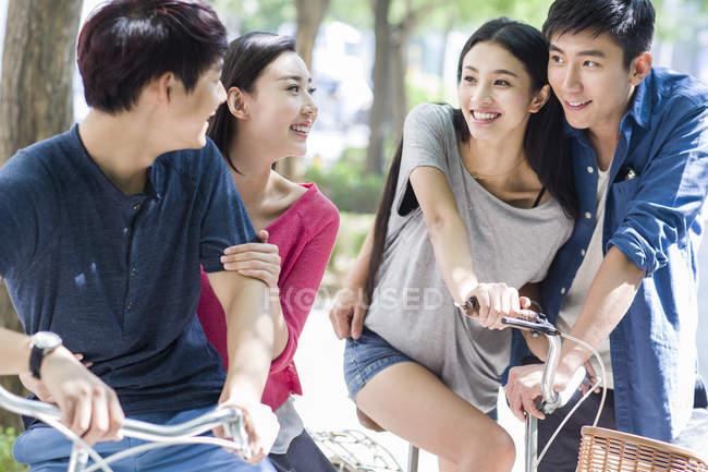 Chinesische Paare, die auf Fahrrädern auf Straße — Stockfoto