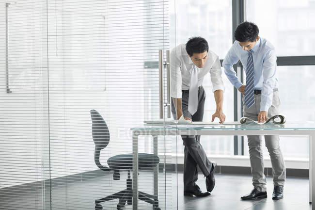 Chinois hommes d'affaires parler à l'intérieur du bureau — Photo de stock