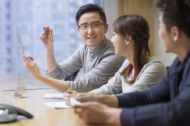 Chinês-trabalhadores desenvolvimento digital tablet — Fotografia de Stock