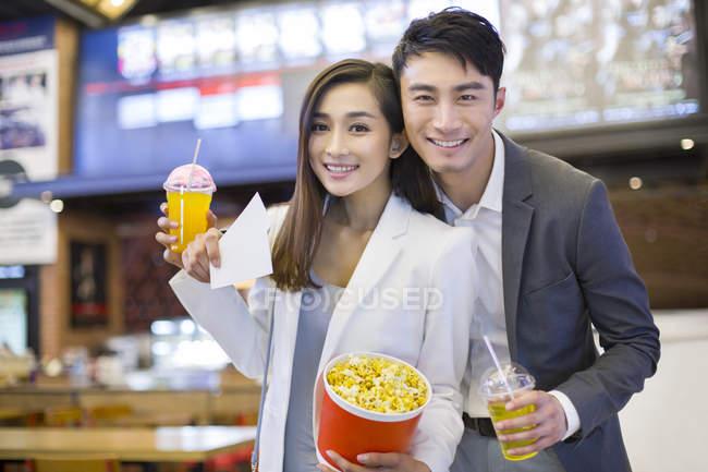 Coppia cinese andando al cinema con popcorn — Foto stock