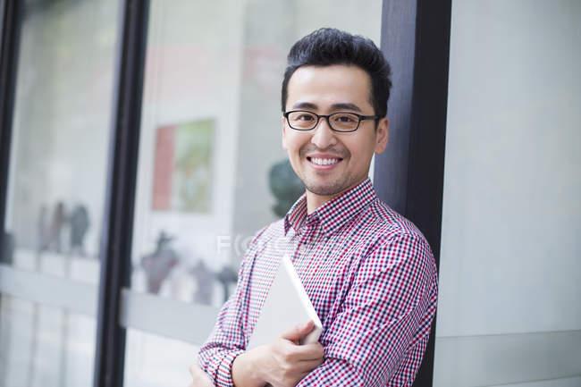 Ásia homem segurando digital tablet — Fotografia de Stock