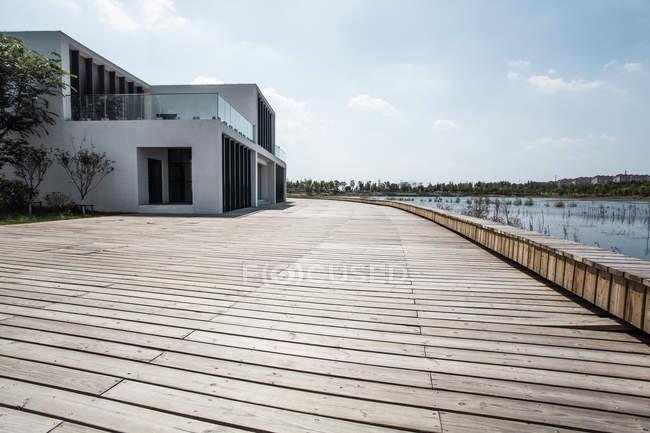 Escena urbana del edificio en la orilla del lago en China - foto de stock