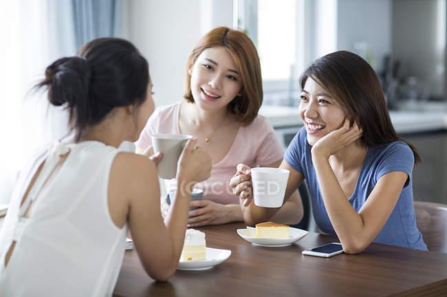 Жінка друзі, сніданок в домашніх умовах — стокове фото