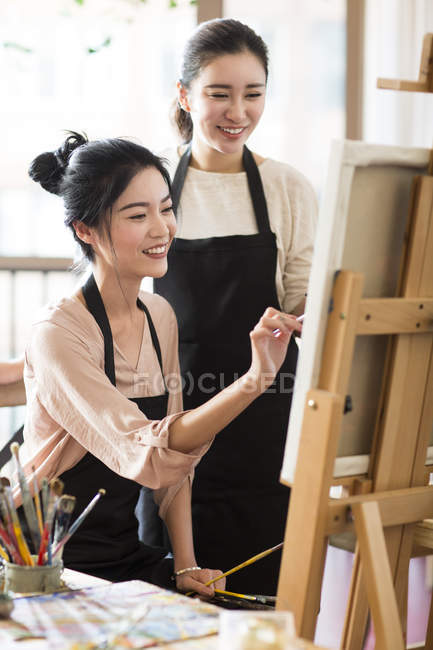 Азиатская живопись в художественной студии — стоковое фото