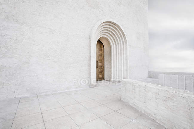 Arch doorway on white wall in China — Stock Photo