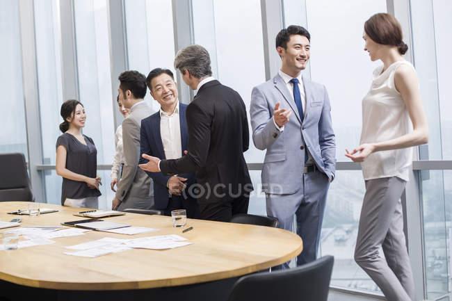 Китайський бізнес команда маючи зустріч із зарубіжними партнерами в Раду номерів — стокове фото