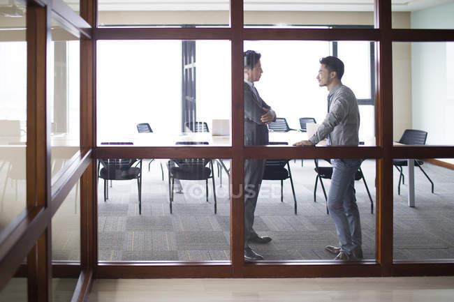 Азиатские бизнесмены, говорить в Конференц-зал — стоковое фото
