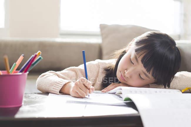 Втомився китайська дівчина робити домашнє завдання — стокове фото