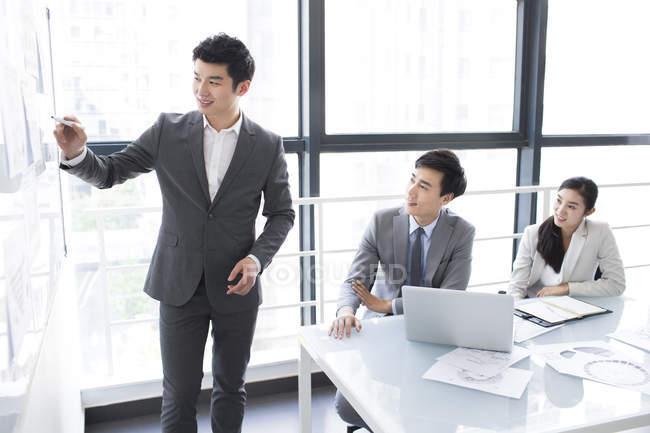 Chinos de negocios hablando en la sala de reuniones - foto de stock