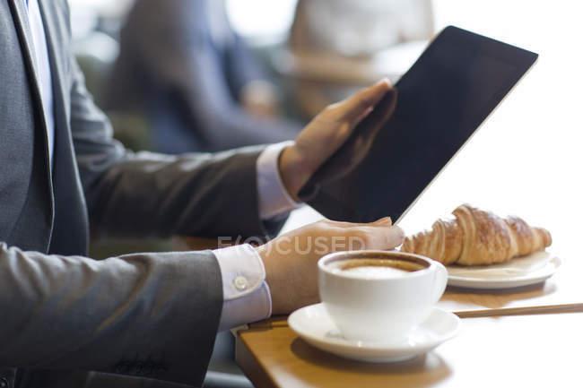 Закри подання чоловічої руки проведення цифровий планшетний в кафе — стокове фото