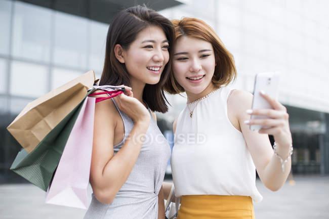 Freundinnen unter Selfie während des Einkaufs — Stockfoto