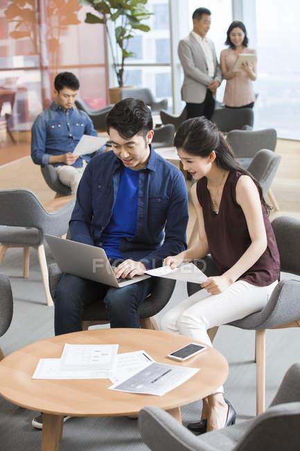 Китайская бизнес-команда работает в офисе — стоковое фото