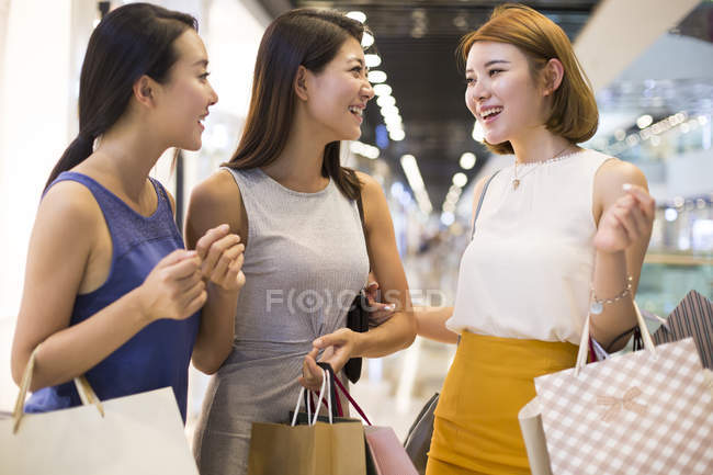 Жінка друзі говорили при здійсненні покупок — стокове фото