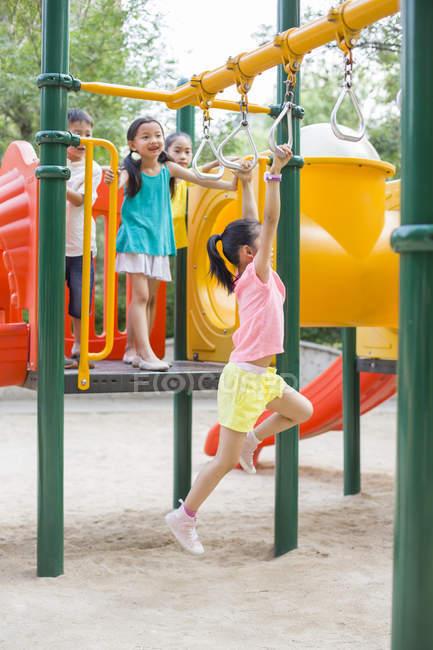Китайские дети играют в парке развлечений — стоковое фото