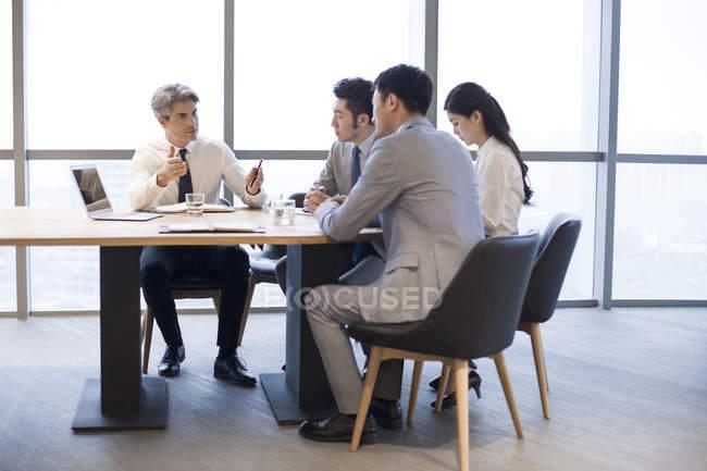 Ділових людей з зустрічі в Раду номерів — стокове фото