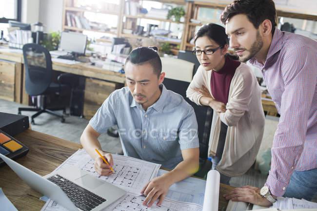 Trabalhando no escritório com plantas portátil no escritório de arquitetos — Fotografia de Stock