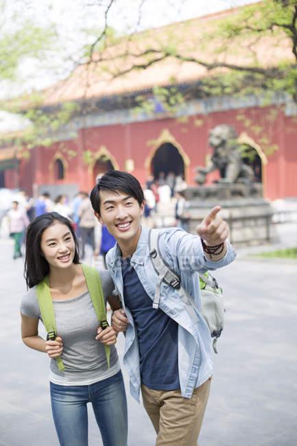 Pareja china señalando en Templo Lama - foto de stock