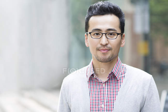 Portrait de mi adulte asiatique homme — Photo de stock