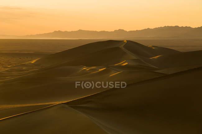 Vista del desierto al atardecer en Dunhuang, China - foto de stock