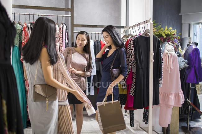 Chinês amigos do sexo feminino compras na loja de roupas — Fotografia de Stock
