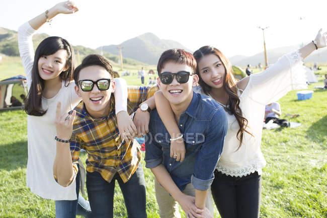 Amigos chineses gesticulando no festival de música camping — Fotografia de Stock