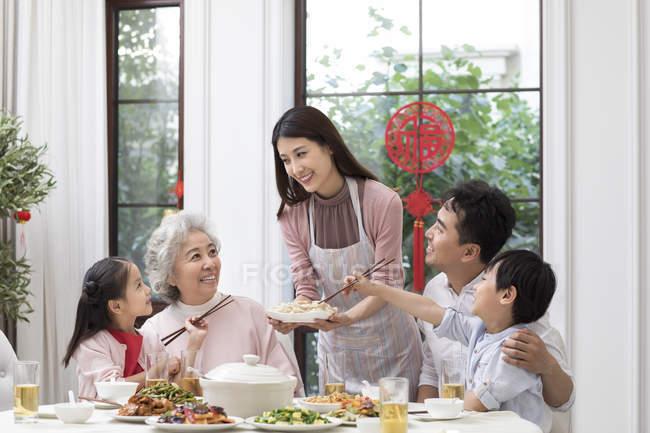 Семейный китайский новогодний ужин — стоковое фото