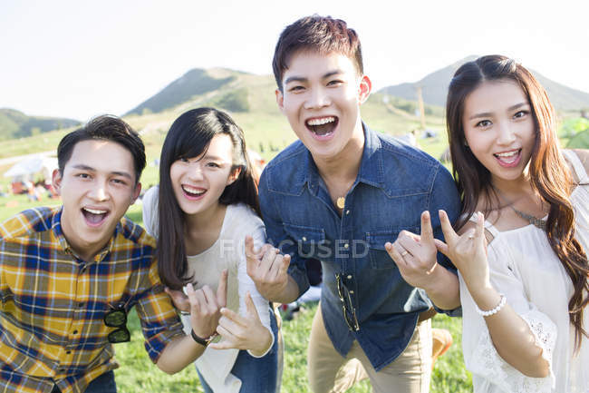 Amis chinois geste au festival de musique camping — Photo de stock