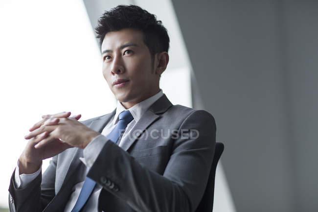 Портрет задумливою китайський бізнесмен — стокове фото