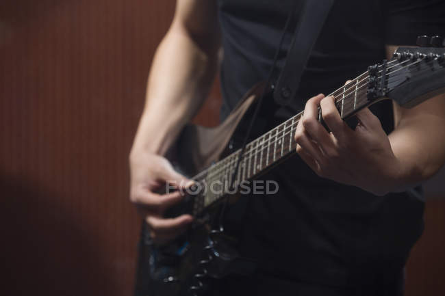 Close-up view of male hands playing guitar — Stock Photo
