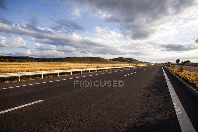 Malerische Aussicht auf Autobahn in der chinesischen Provinz Innere Mongolei — Stockfoto