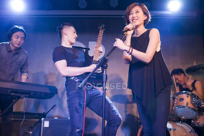 Banda musical china actuando en el escenario - foto de stock
