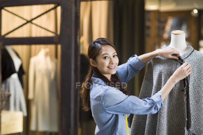 Diseñador de moda chino trabajando en estudio - foto de stock